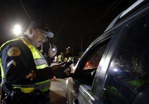 Los retenes de sobriedad han ayudado a disminuir las cifras de conductores alcoholizados. Foto: AP