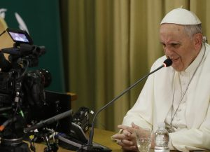 A través de las redes sociales el Papa Francisco se está acercando a mucha gente, y está ofreciendo al mundo una nueva imagen de la Iglesia Católica. Foto: AP