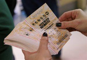 Boletos vendidos en Carolina del Norte, Puerto Rico y Texas que acertaron los seis números del premio mayor se repartirán $564.1 millones. Foto: AP