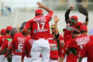 Los jugadores de México celebran tras vencer 2-1 a Cuba en la Serie del Caribe,