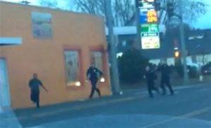 En una imagen tomada de un video grabado el 10 de febrero de 2015 a través de un celular y proporcionado por Darío Infante, Antonio Zambrano Montes, izquierda, mira hacia los policías mientras huye de ellos en Pasco, Washington. (Foto AP