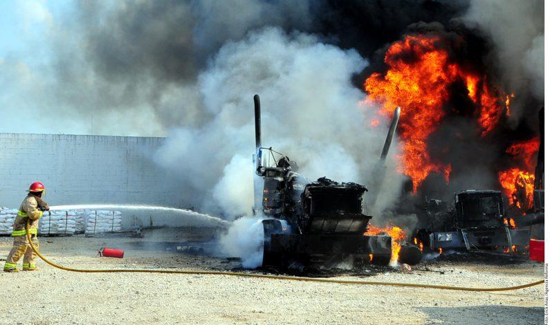 Comando armado incendia empresa en Tabasco