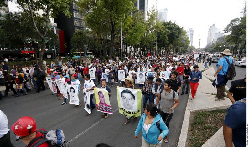 Marchan en DF a 6 meses de caso Ayotzinapa