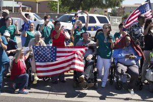 Personal del Hospital de Veteranos despide al mandatario estadounidense. Foto: AP