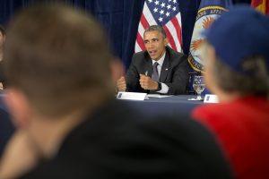 Barack Obama se comprometió ante autoridades del Hospital de Veteranos de Phoenix a agilizar lal atención a ex combatientes. Foto: AP