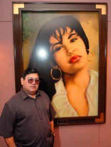 Abraham Quintanilla, el padre de la fallecida cantante Selena, posa frente a una pintura que le regaron después de la muerte de su hija en su estudio en Q Productions en Corpus Christi, Texas. Foto: AP