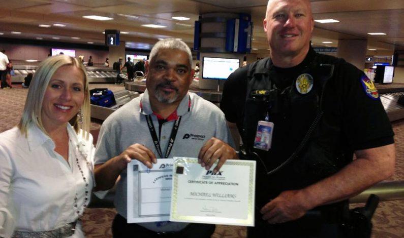 Devuelve $1,000 que encontró en aeropuerto