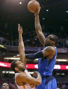 Amare Stoudemire (derecha), de los Mavericks de Dallas, lanza a canasta por encima de su rival de los Suns de Phoenix Brandan Wright durante el primer cuarto de