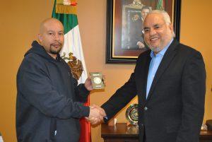 El mexicano Ángel González González visitó al cónsul de México en Chicago, Carlos Martín Jiménez Macías en la sede diplomática. Foto: Notimex