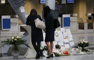 Unas mujeres firman el libro de condolencias en el aeropuerto de Duesseldorf, Alemania. Foto: AP