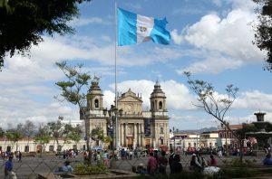 Los devotos guatemaltecos conmemoran el bicentenario de la Catedral Metropolitana, en el centro histórico de la capital, uno de los más relevantes símbolos del país centroamericano. Foto: Notimex