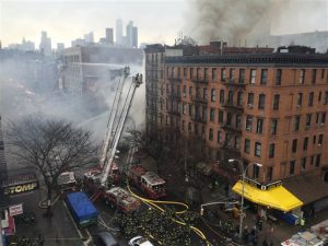 Humo sale de un edificio en el barrio East Village de Nueva York en la escena de un gran incendio y derrumbe parcial del inmueble el jueves 26 de marzo de 2015.