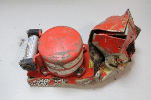 En la foto una de los cajas negras encontradas del avión que se estrelló en los Alpes. Foto: Notimex