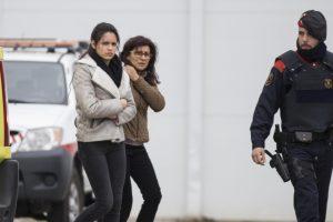 Familiares llegan al aeropuerto de El Prat en Barcelona, donde un Airbus A320 de pasajeros con 142 pasajeros a bordo y seis tripulantes, que volaba a la ciudad alemana de Dusseldorf, cayó en las inmediaciones del poblado de Barcelonette, al sur de Francia, tras estrellarse en los alpes del país galo. Foto: Notimex