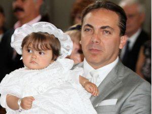 Cristian Castro al lado de su pequeña Rafaela. Foto: Mixed Voces