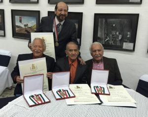 David Carrillo, extrema derecha, junto a los también galardonados, Kemch, de pie, Eduardo Gómez y Castrux. Foto: Mixed Voces