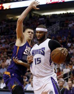 DeMarcus Cousins, pívot de los Kings de Sacramento, dribla a Alex Len, de los Suns de Phoenix, en el duelo del miércoles. Foto: AP