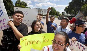Según datos estatales, unos 4,500 estudiantes en el estado que se gradúan cada año de la secundaria podrían ser elegibles para beneficiarse de la propuesta. Foto: AP Archivo