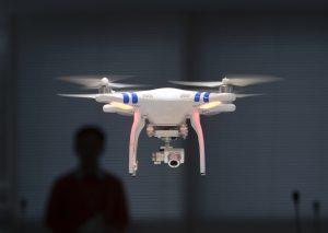 Los drones deberán permanecer al alcance visual y operativo tanto de los pilotos como de los observadores. Foto: AP