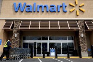 Un sospechoso murió de un disparo, otro recibió un tiro en el abdomen y un empleado de la tienda también sufrió cortadoras en un brazo. Foto: AP