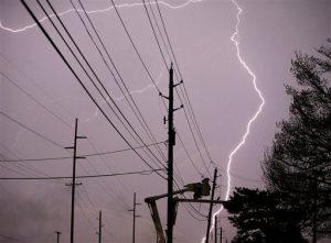 Relampagos caen mientras un grupo trabaja en una línea de electricidad al este de la calle 15 apenas al oeste de Sheridan, Oklahoma