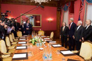 El secretario de Estado de Estados Unidos, John Kerry, y su homólogo iraní, Mohammad Javad Zarif, sostuvieron intensas discusiones sobre el programa nuclear del país árabe, en un momento considerado decisivo para sellar un acuerdo. Foto: Notimex