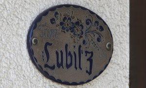 La foto muestra un letrero en la puerta de la casa de Andreas Lubitz, en Alemania. Foto: AP