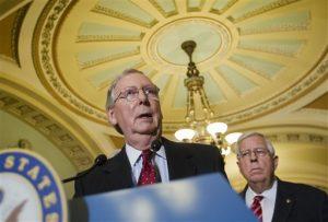 El líder de la mayoría republicana en el Senado, Mitch McConnell de Kentucky, acompañado por el senador Mike Enzi, republicano de Wyoming. Foto: AP