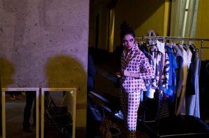 La modelo mexicana Daniela Dominique se pone una creación de la diseñadora Shantall Lacayo tras bambalinas de un desfile de modas en el exconvento de Regina en la Ciudad de México. Foto: AP