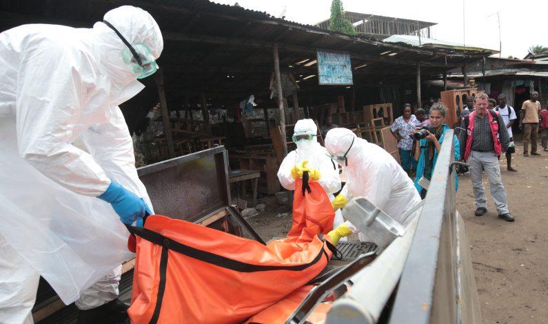 Médicos cubanos regresan de misión contra ébola en África