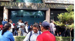 Padres de 43 estudiantes desaparecidos y normalistas protestaron en la Embajada de España. Foto: Agencia Reforma