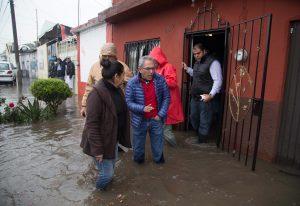 El gobernador, Salvador Jara Guerrero realizo un recorrido por la colonia Carlos Salazar. Esta colonia es una de las más afectadas por las lluvias de este fin de semana, que ha comenzado a generar el desbordamiento de los ríos de la capital michoacana. Foto: Notimex
