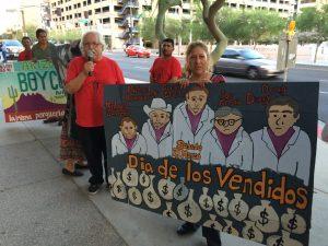 Salvador Reza, dirigente de Tonatierra, encabezó las protestas afuera del Comerica Theatre. Foto: Moxed Voces