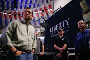 El senador Ted Cruz, izquierda, en una reunión con sus colaboradores previo al discurso en el que anunció el lanzamiento de su candidatura presidencial para 2016, en la Universidad Liberty de Lynchburg, Virginia. Foto: AP