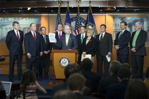 El presidente de la comisión de presupuesto de la Cámara de Representantes Tom Price (centro) junto con algunos de sus compañeros del Partido Republicano. Foto: AP