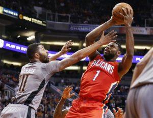 Tyreke Evans, de los Pelicans de Nueva Orleans, dispara por encima de Markieff Morris, de los Suns de Phoenix, durante la primera mitad del juego. Foto: AP