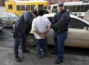 ICE detiene cada año a cientos de miles de personas acusados de violar las leyes de migración. Foto: AP