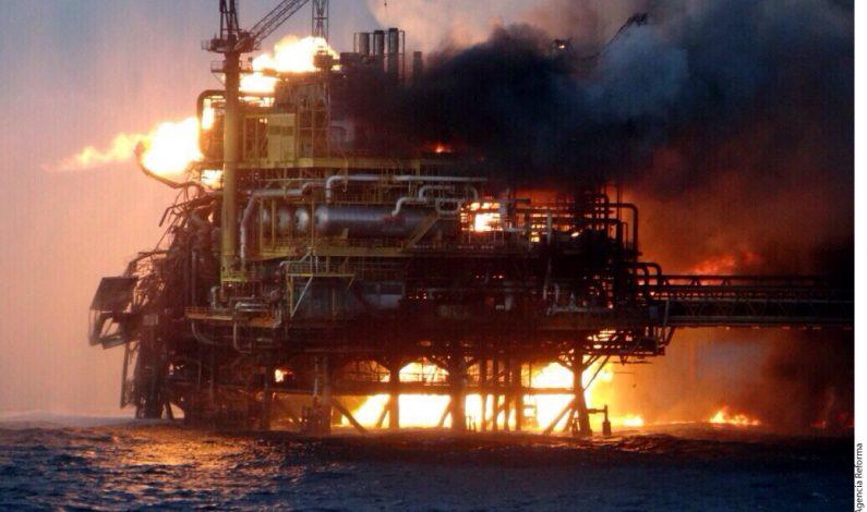 Evitan vertido tras incendio de plataforma petrolera en México