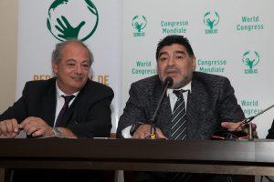 """El director mundial de """"Scholas"""", José María del Corral y ex astro del fútbol mundial, Diego Armando Maradona, durante una breve conferencia de prensa en la sede de la Radio Vaticana, donde se presentaron varios  proyectos de la organización """"Scholas"""