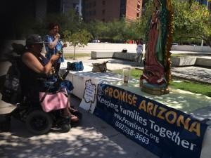 Miembros de diferentes organizaciones esperan el resultado de la primera audiencia afuera de la Corte Federal Sandra Day O'Connor, en Phoenix. Foto: Samuel Murillo
