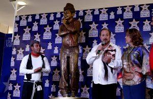 """Se realizó un homenaje póstumo y develación de una escultura de Mario Moreno """"Cantinflas"""" del escultor, Víctor Gutiérrez, en Plaza Galerías. Foto: Notimex"""