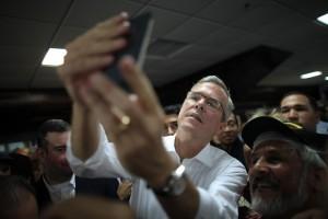 El ex gobernador de Florida Jeb Bush, aspirante presidencial republicano, se toma una foto con un simpatizante. Foto: AP