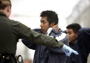 De acuerdo con la CBP, el número de indocumentados detenidos que viajan en familia casi se ha triplicado en comparación con hace un año, y la cantidad de niños no acompañados casi se ha duplicado