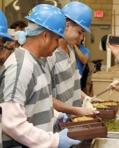 Pamela Anderson sirve alimentos vegetarianos a reos en la cárcel del condado Maricopa. Foto: AP