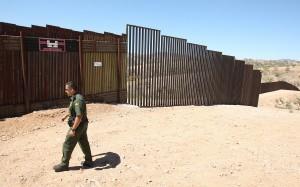 Mencionó que el agente fue capaz de controlar al agresor y lo puso bajo arresto, quien fue identificado como un ciudadano de México, de 15 años de edad.