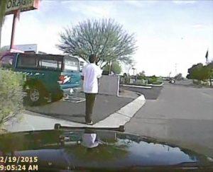 En el video difundido el 14 de abril se ve cómo un agente de policía utiliza su auto para embestir a Mario Valencia, haciéndole saltar por los aires. Foto: AP