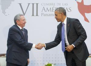 El presidente estadounidense Barack Obama y su homólogo cubano Raúl Castro se dan la mano durante un encuentro bilateral en la Cumbre de las Américas. Foto: AP