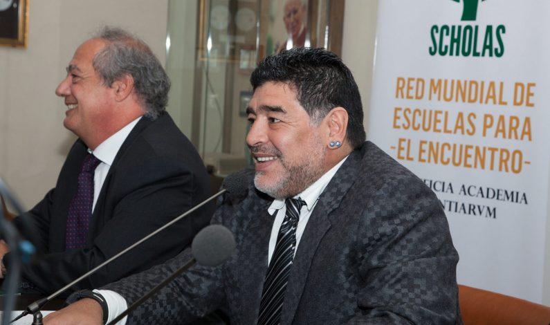Papa Francisco recibe a Maradona