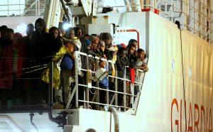 Inmigrantes rescatados en el mar esperan a ser desembarcados de un navío de la Guardia Costera de Italia en Palermo, Sicilia. Foto: AP