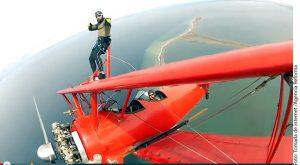 El jugador de los Leones caminó sobre las alas del biplano, y siempre se vio que disfrutó su viaje. Foto: Agencia Reforma